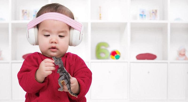 L'oreille interne des bébés est en effet encore plus fragile que celle des jeunes enfants et des adolescents.
