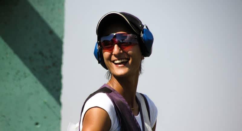 Une femme portant un casque antibruit