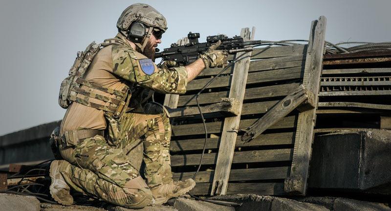 Un militaire portant un casque antibruit